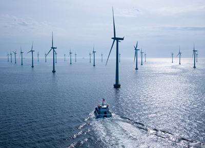 Die 48 Siemens Windenergieanlagen vom Typ SWT-2,3-93 haben eine Leistung von jeweils 2,3 Megawatt. Der gesamte Offshore-Windpark hat eine Leistung von 110 Megawatt. Das Bild zeigt ein Serviceschiff auf dem Weg zum Windpark. The 48 Siemens SWT-2.3-93 wind turbines each have a capacity of 2.3 megawatts. The entire offshore wind farm has a total power of 110 megawatts. The photo shows a service ship en route to the wind farm.